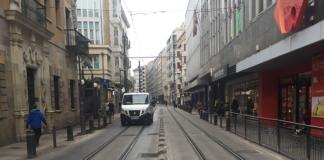 mujer Carriles del tranvía de Vitoria-Gasteiz peligro