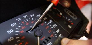 Manipula cuentakilómetros de un coche