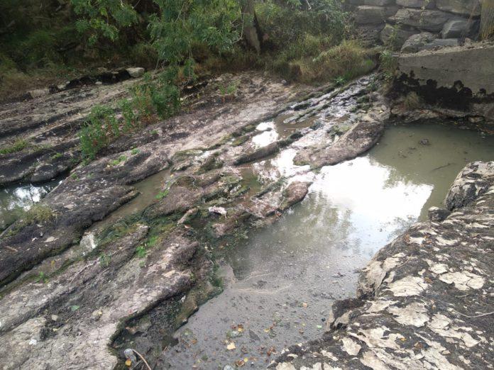 vertido nauseabundo río