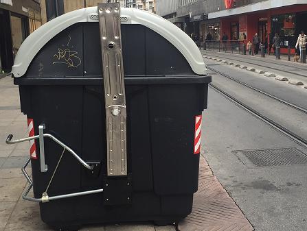 Vitoria:¿Por qué unos contenedores tienen pedal y otros no?
