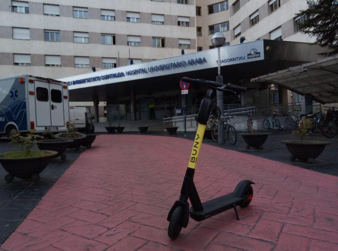 Vitoria: 2 jóvenes en el mismo patinete acaban en Txagorritxu