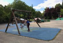 Lanzan trozos del parque infantil a padres de Vitoria