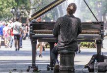 El saco de la chirigota municipal en el Ayuntamiento de Vitoria no tiene fondo.Buscaba Inspector de Sanidad con el título de pianista.