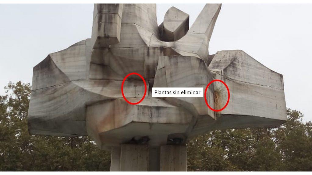 """Así """"limpian"""" la escultura de Plaza de la Constitución en Vitoria"""