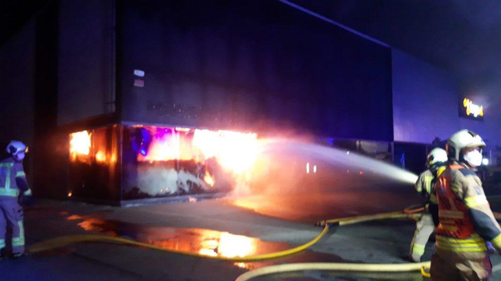 Incendio en un polígono industrial de Álava (4 fotos)